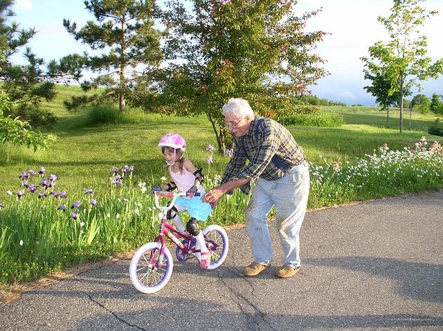 Dziadkowie – co robią często, a czego nie powinni robić babcia i dziadek w kontaktach z wnukami?