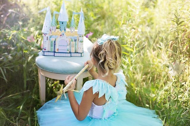 Dziewczynka przebrana za księżniczkę