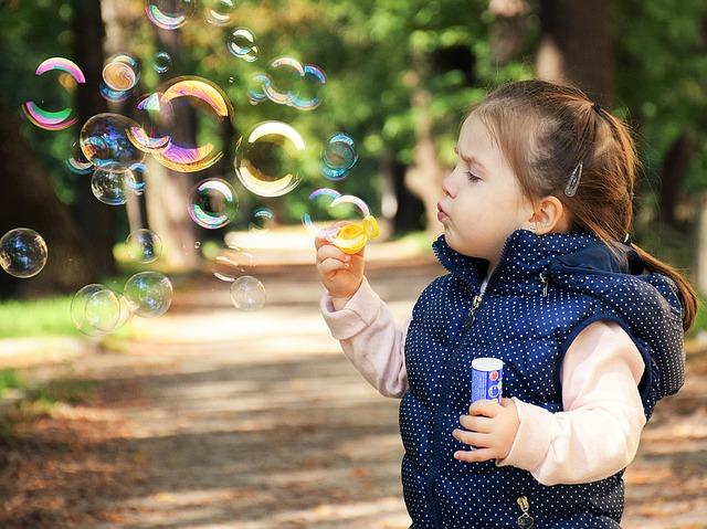 Dziewczynka robi bańki mydlane