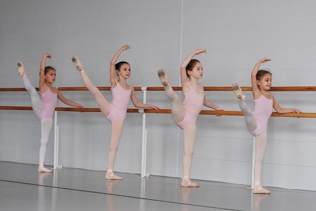 Dziewczynki na zajęciach baletowych