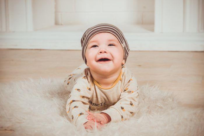 Raczkujące niemowlę