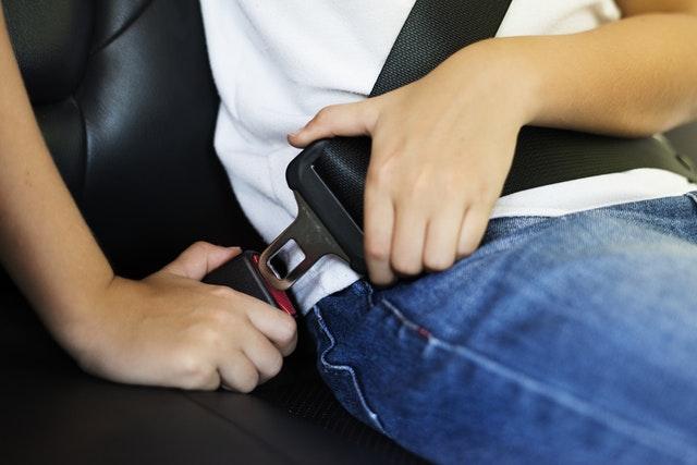 Dziecko zapinające pasy w samochodzie