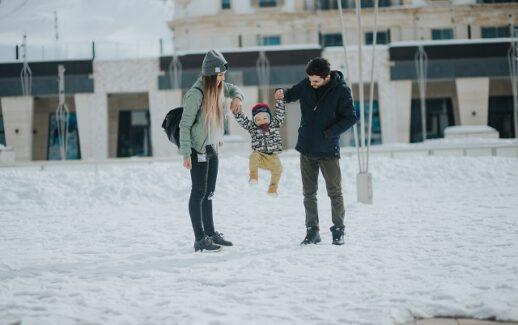Rodzice i dziecko zimą